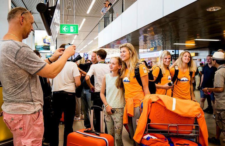 Tess Wester in de vertrekhal van Schiphol. Beeld ANP