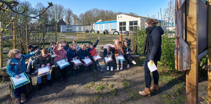 Buitenlesdag op basisschool De Lockaert te Oss. Op de foto geeft juf Lisa van de  Berg les aan groep 3.