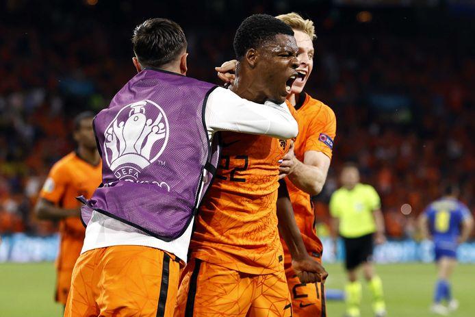 Denzel Dumfries viert zijn goal.