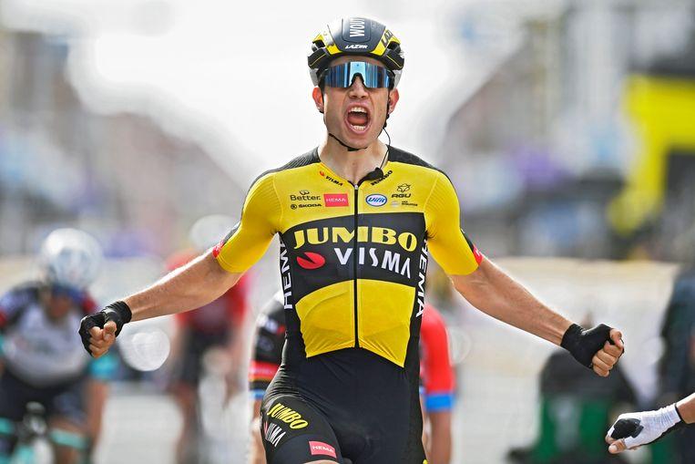 Wout Van Aert komt over de finish van Gent-Wevelgem.  Beeld Photo News