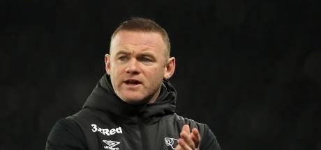 Rooney erkent fout en biedt excuses aan voor foto met schaars geklede dames in hotel