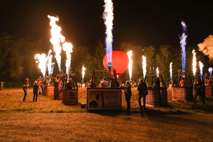 De ballonvaarders brachten een indrukwekkend eerbetoon in de Patotterijstraat.