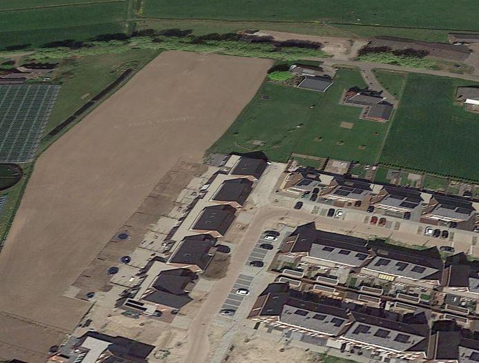 Op Google Earth is te zien dat de tuinen van de huizen aan de Meander in Ammerzoden in het agrarische perceel liggen.