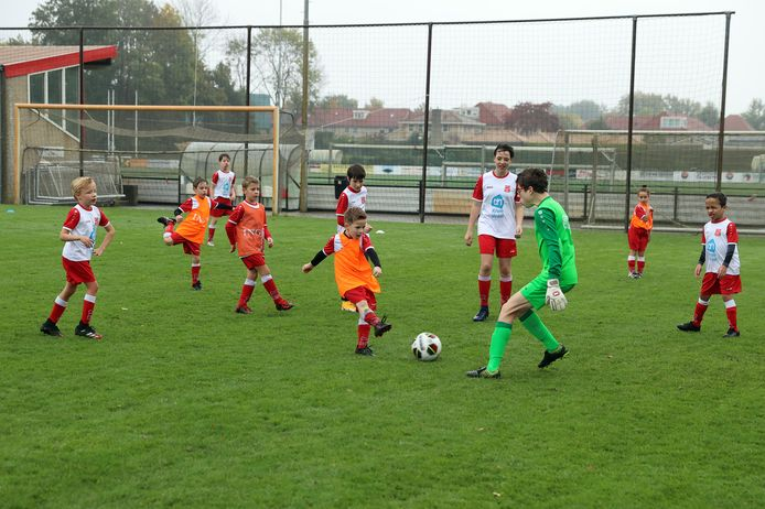 Keeper Koen van Loon verdedigt zijn goal met verve in het trainingspartijtje van de Specials.