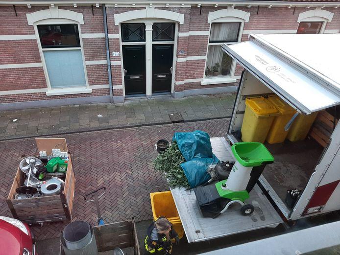 Politie ontmantelt een wietplantage aan de Molenweg in Zwolle .
