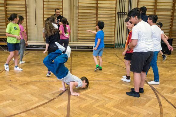 Kinderen uit het derde tot zesde leerjaar krijgen danslessen hiphop.