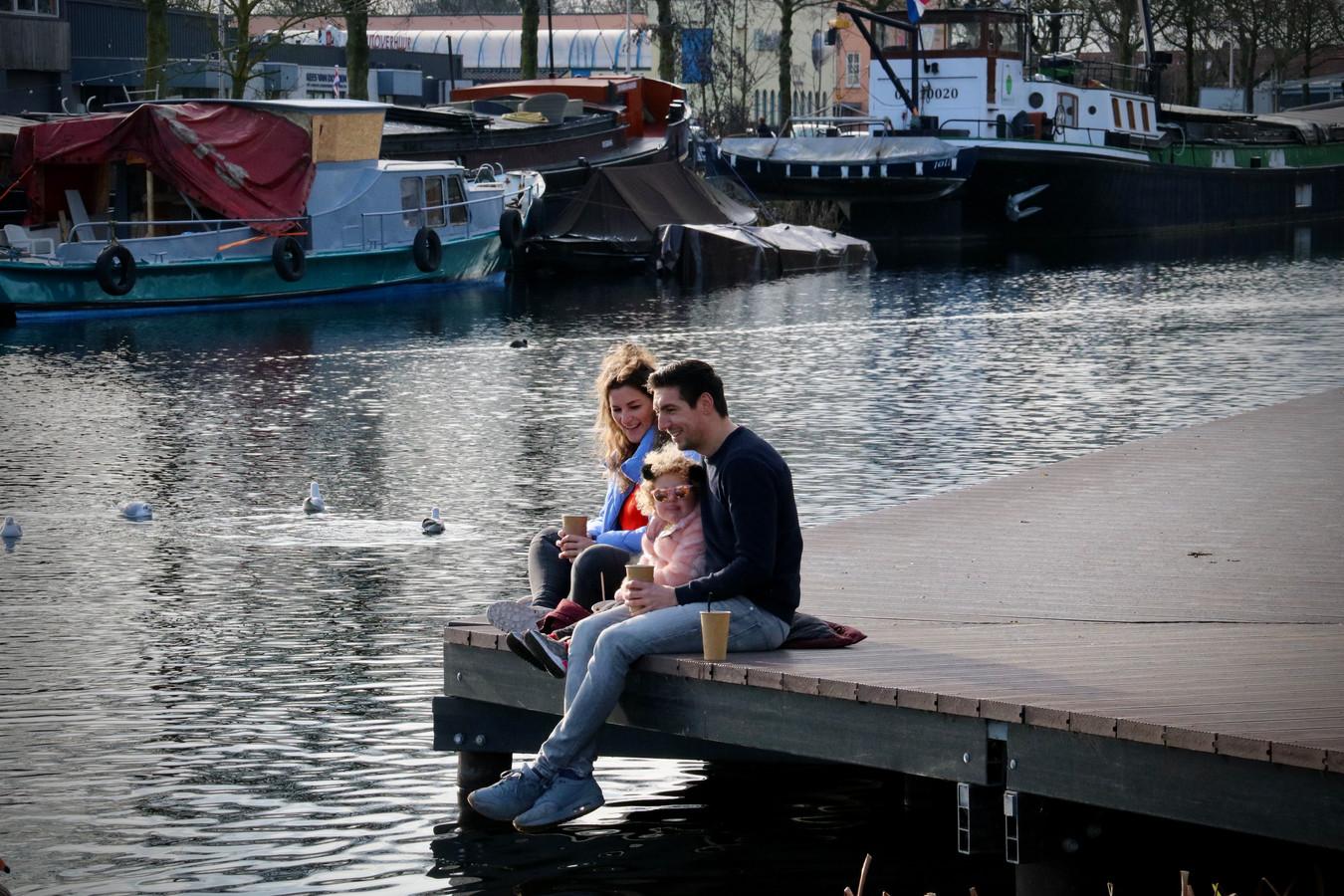 Iris Joosten (29), Thijs Telleman (34) en dochtertje Sofie (3) op de steiger.