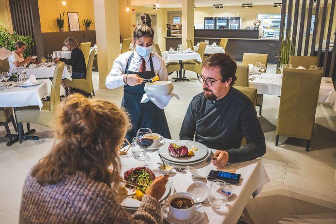 Susana Georgieva bedient leerkrachten van het Onze Lieve Vrouw Instituut in Gent in hun restaurant 'Brut Nature'. Vanaf september kan ook u daar over de middag gastronomisch tafelen voor een prikje.