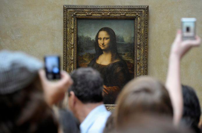 Mensen nemen een foto van het populairste kunstwerk van het Louvre: de Mona Lisa van Leonardo Da Vinci