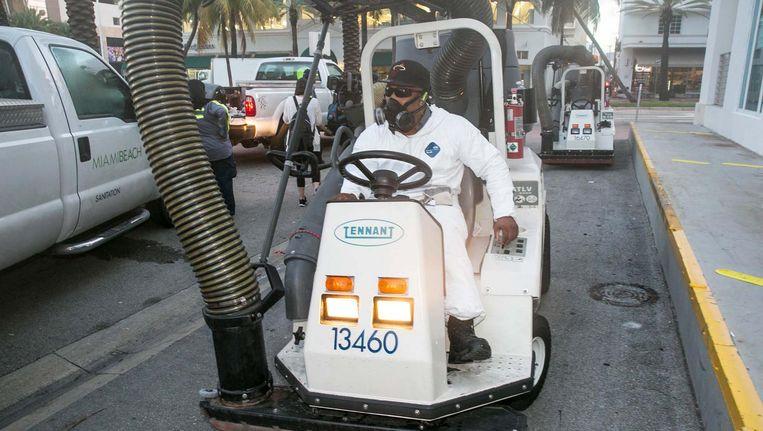 In Miami Beach wordt met een mobiele stofzuiger stilstaand water van de straten verwijderd in de strijd tegen de zika-muggen Beeld ap