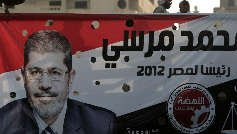 Een spandoek voor presidentskandidaat Mohammed Morsi, mei 2012. Beeld AFP