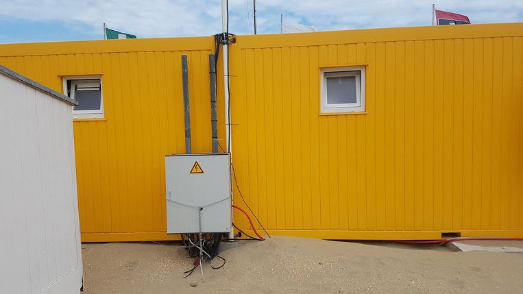 Deze elektriciteitskast bij de centrale strandreddingspost werd gemanipuleerd, zodat er een stroompiek van 400 volt ontstond. Nagenoeg alle apparaten zijn stuk.