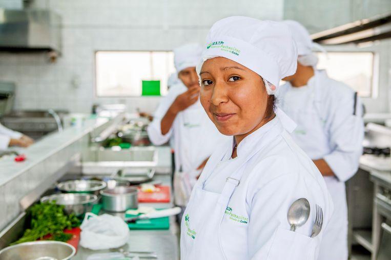 Elsa Casimero (19) wil dolgraag kok worden, maar woont in een sloppenwijk in Lima. Beeld Yvonne Brandwijk I Future Cities