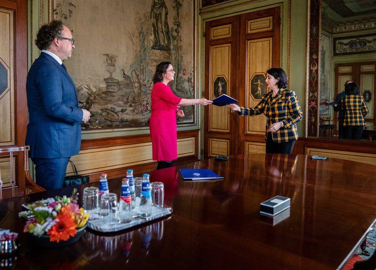 Kamervoorzitter Khadija Arib ontvangt de nieuwe verkenners, Tamara van Ark (VVD) en Wouter Koolmees (D66) in de Stadhouderskamer. Beeld ANP