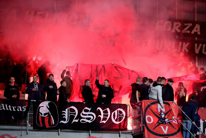 Supporters van Helmond Sport tijdens de thuiswedstrijd tegen MVV