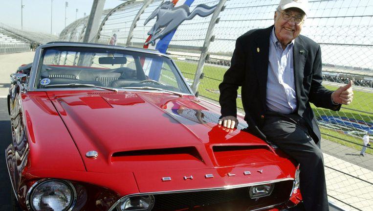 Carroll Shelby met een 1968 GT500 KR in 2004. Beeld AFP