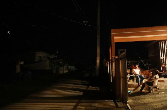 Mensen zitten grotendeels in het donker, enkele weken nadat orkaan Maria over het land raasde.