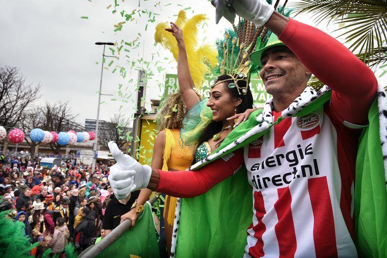 Romario op een praalwagen van Energiedirect.nl bij de carnavalsoptocht in Eindhoven. Beeld Marcel van den Bergh