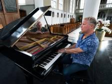Dirigent Ben Simmes brengt al zijn koren samen in Gaanderen; en dat moet de nieuwe vleugel bekostigen