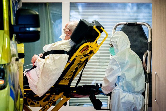 TILBURG - Ambulancemedewerkers op de ambulancepost van het Elizabeth TweeSteden Ziekenhuis is Tilburg. Vanuit de post werden coronapatienten herplaatst naar andere ziekenhuizen in het land.