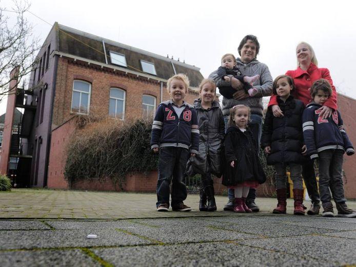 De familie Nagelkerke voor de achterkant van hun woning Archieffoto BN De Stem