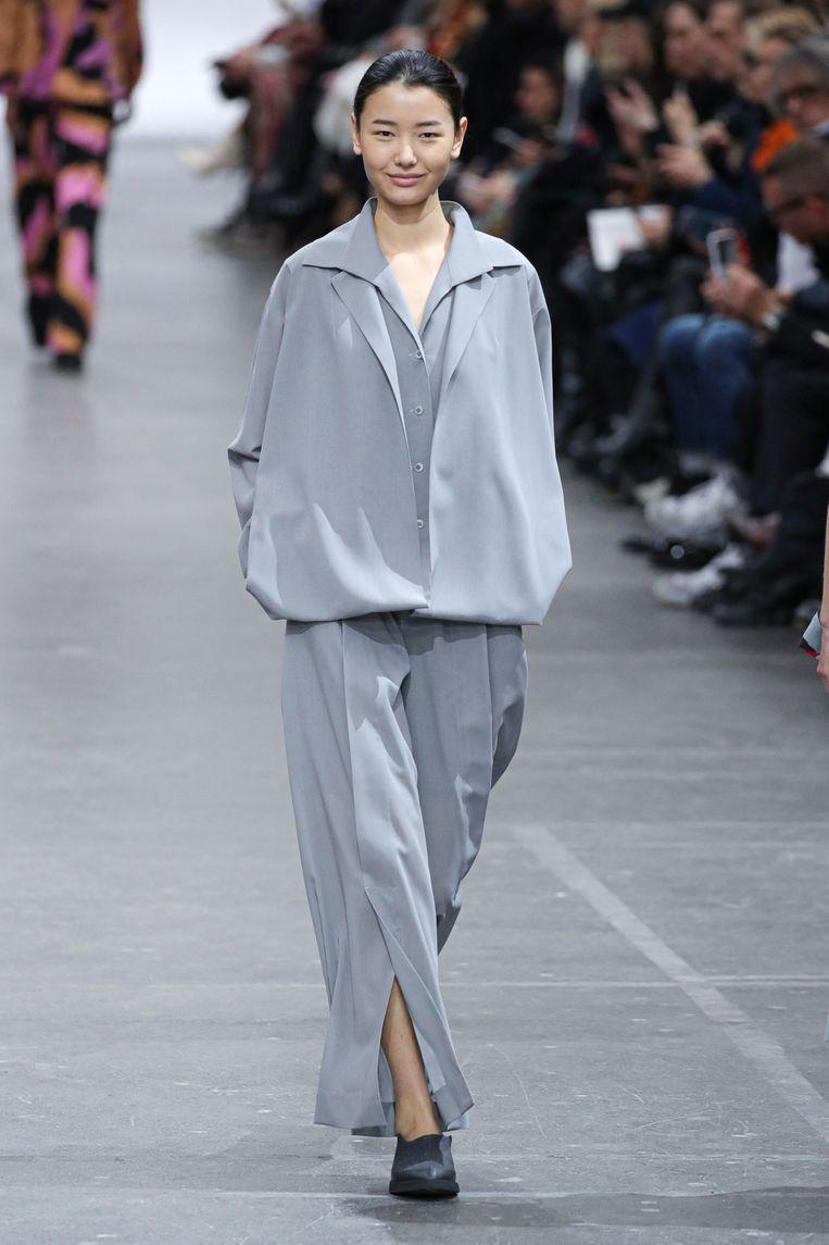 Een model showt een ontwerp van Issey Miyake op de Paris Fashion Week afgelopen maart. Beeld Belga