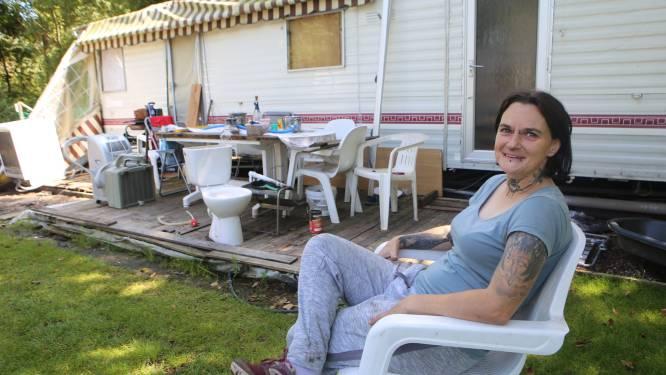 """STERREN VAN DE CAMPING. Debbie Maertens (37) en Erwin Dewilde (54) leven het hele jaar door op 'De Moor': """"Van dag tot dag en zien dat je kan óverleven"""""""