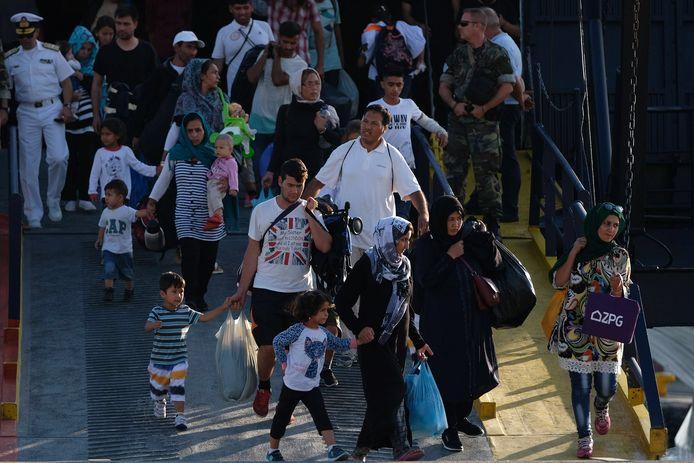 Migranten komen eerder deze maand aan op het Griekse vasteland, ze zijn overgebracht vanuit de overvolle kampen op de Griekse eilanden.  EPA/NIKOS ARVANITIDIS