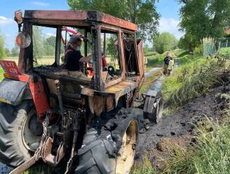 Tractor brandt uit op weg naar weide in Markegem