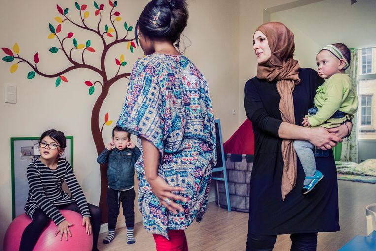 Het is niet altijd de schuld van de ouders. Faouzia (r.) zag tijdens een stage op een school dat vijf kinderen van rechts naar links aan het lezen waren. 'De juf had hen niet eens gezegd dat dat in het Nederlands anders is.' Beeld Jonas Lampens