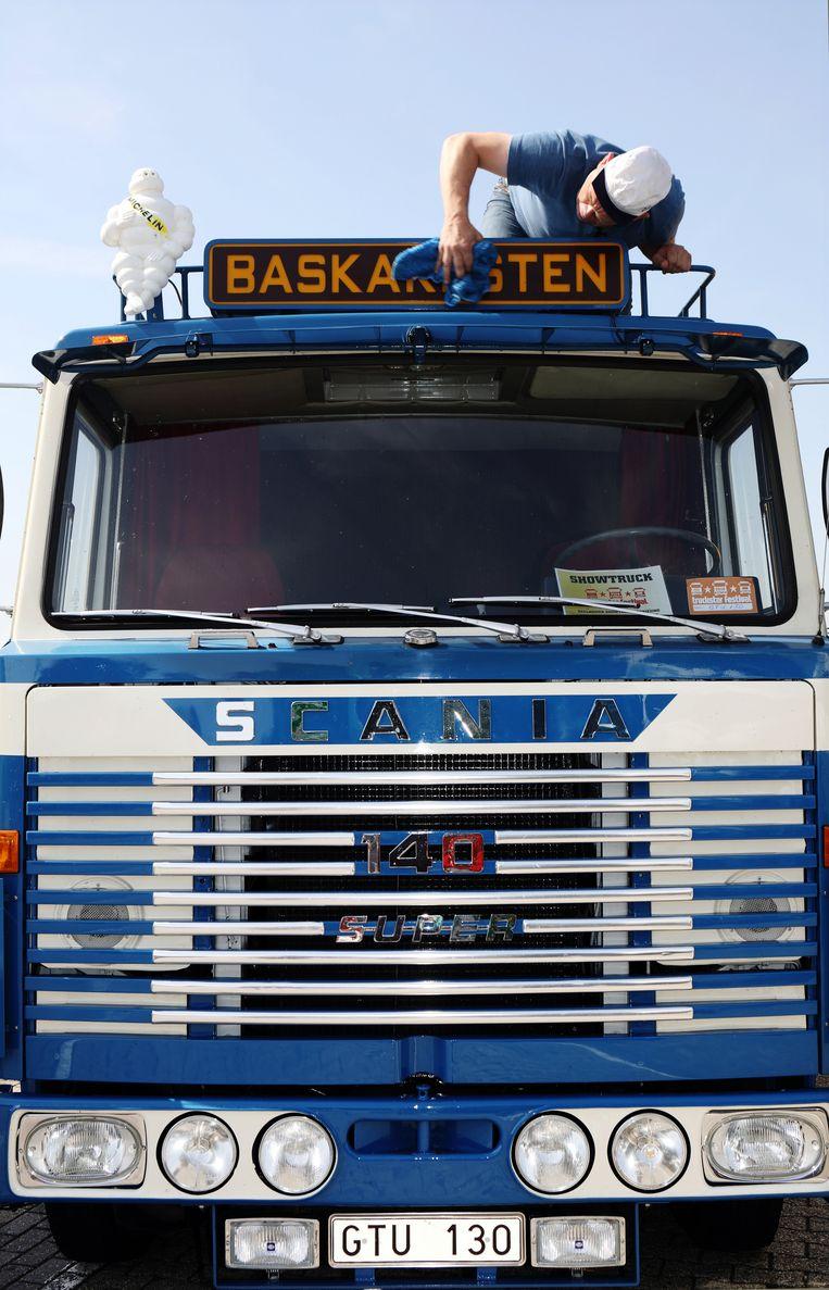 'Mijn vader reed in deze truck, de Scania die iedereen in Zweden toen kocht. Het geluid is eigenlijk nog mooier dan de truck zelf. Kun je nagaan.' Beeld Jan Dirk van der Burg