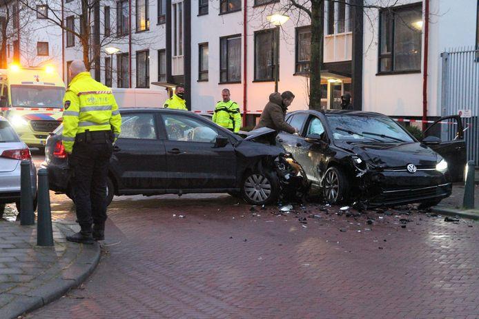 In de Haagse Stuwstraat kwam de automobilist pas tot stilstand toen hij tegen een 'onherkenbare' politieauto reed waar twee agenten in zaten.