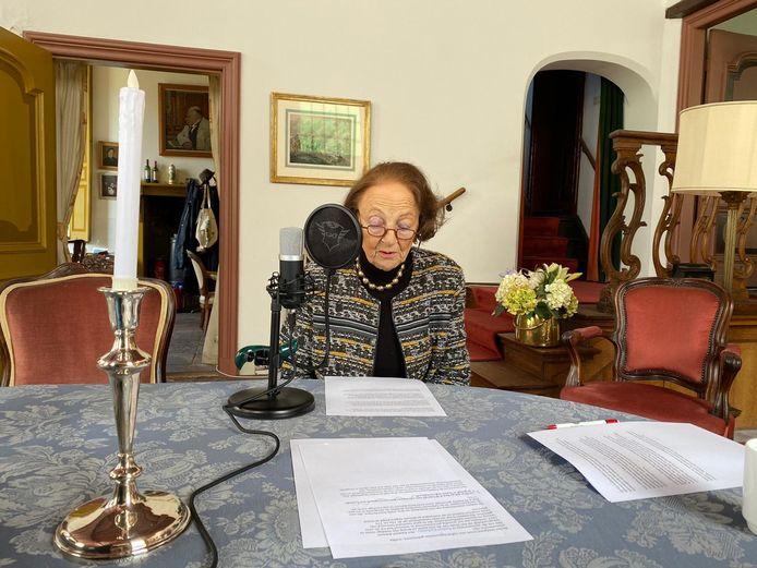 Mw Kamerlingh Onnes- barones van Dedem, bewoonster van kasteel Vosbergen in Heerde, spreekt haar bijdrage aan de luisterbankjes in
