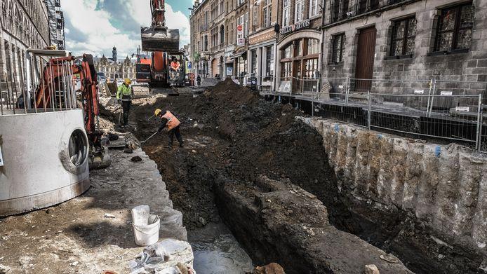 Archeologen hopen om de verdwenen schilderijen, die in een put tussen de Sint-Maartenskathedraal en de Lakenhallen zouden begraven liggen, te vinden tijdens de opgravingswerken.