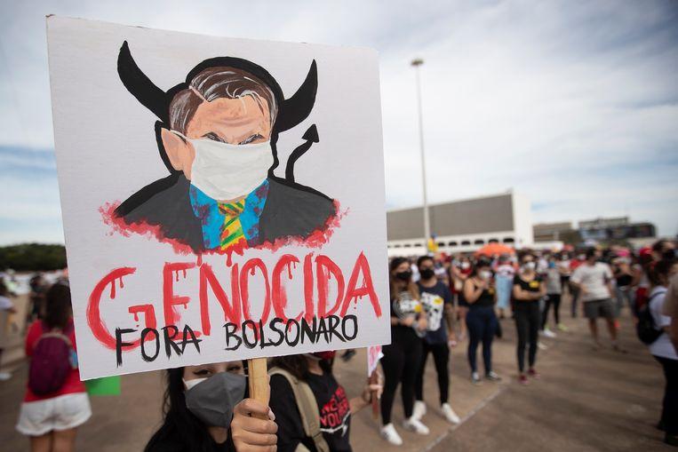 Een anti-Bolsonaro demonstrant tijdens de protesten in Brazilië. Beeld EPA
