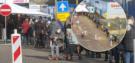 85-plussers wachten ook in Zwolle buiten in de kou op prik: 'Wat als het straks sneeuwt?'