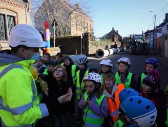Kinderen De Horizon trekken op werfinspectie tijdens grootschalige dorpskernvernieuwing Snaaskerke
