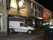 Bestelbus rijdt juwelier in Losser binnen, politie zoekt mannen