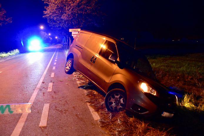 De Fiat Doblo maxi belandde schuin in de gracht langs de Bruggestraat in Gits.