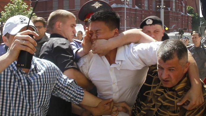 Politiemannen in burger arresteren de bekende homo-activist Daniel Choi.