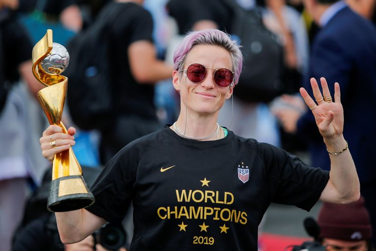 Megan Rapinoe steekt vier vingers op na het behalen van haar vierde wereldtitel met Amerika in 2019.  Beeld Reuters