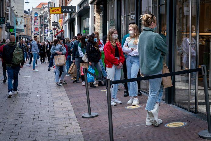 Een lange rij wachtenden bij de Zara-vestiging in de Arnhemse Ketelstraat.