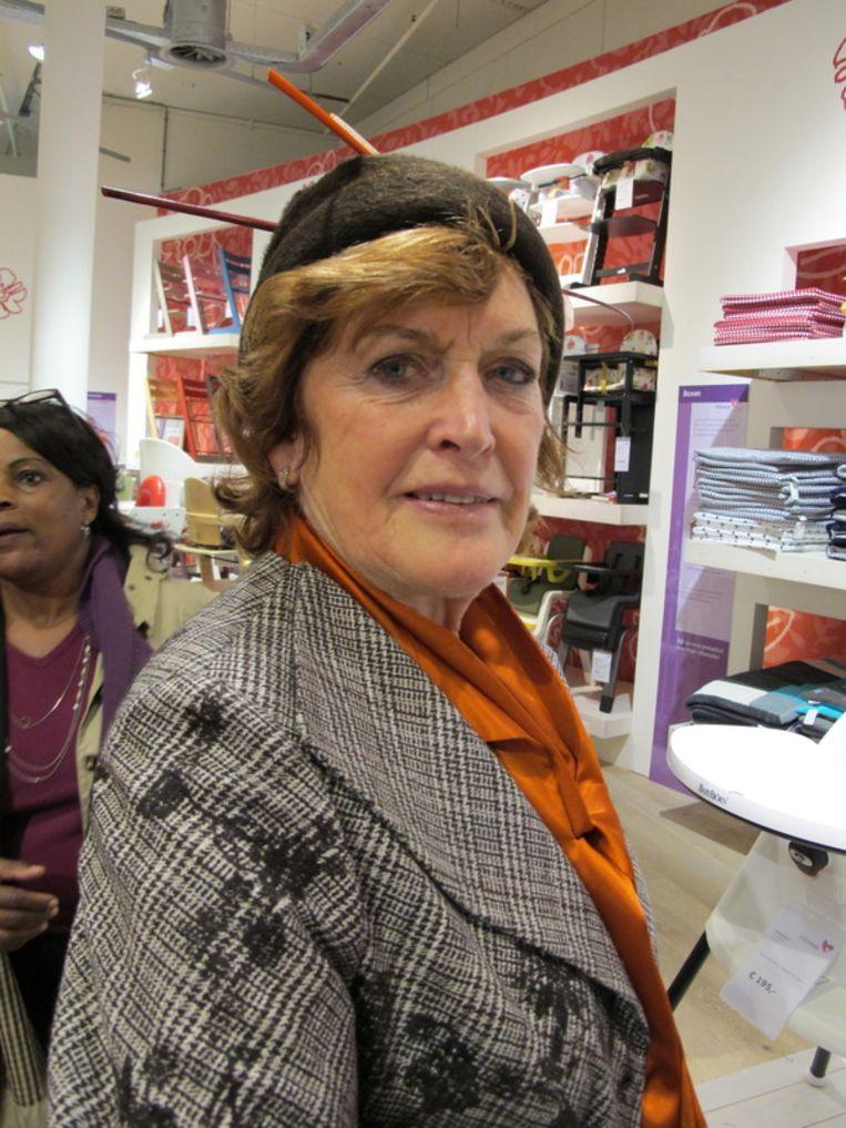 Gerrie Bos ontwerpt hoedjes, vaak voor Gerda. Ze is ook oma.  <br /><br /> Beeld