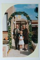 Marieke (7) tussen haar beide grootouders voor het huis, ter ere van hun 50-jarig huwelijk op 27 september 1999.
