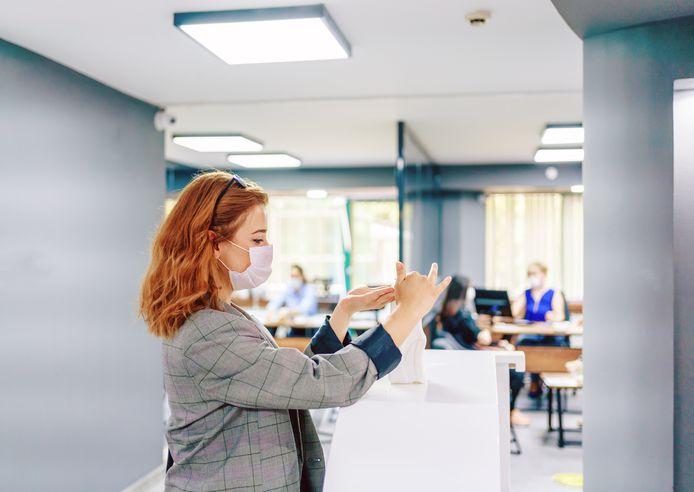 De Arbeidsinspectie stelde tijdens haar controles vooral kleine inbreuken vast, zoals het ontbreken van handgel. Daarvoor krijgen werkgevers eerst een waarschuwing.