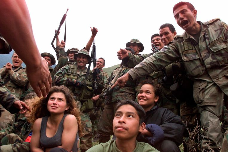 Colombiaanse soldaten omringen drie jonge Farc-rebellen in december 2000. Beeld AP