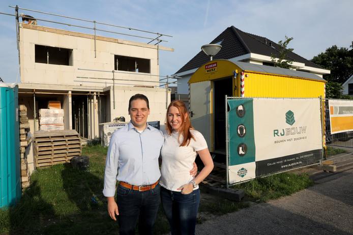 Bart en Christel Coppens voor hun woning in aanbouw in Son en Breugel