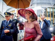 Alleen Máxima houdt het droog bij kletsnatte opening vernieuwd militair ziekenhuis in Utrecht