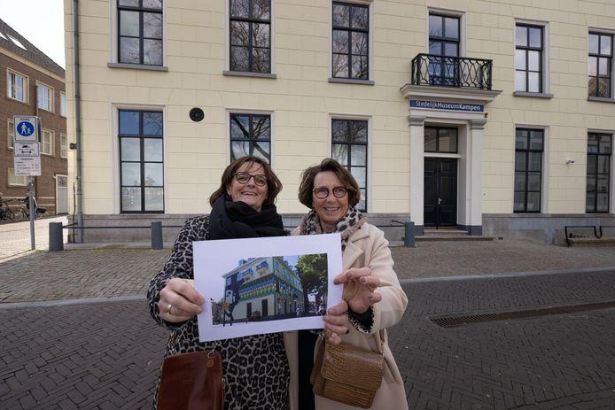 Henriette De Jong (l) en Gerda Diederik bij het Stedelijk Museum dat tijdelijk een kleurrijk jasje krijgt.