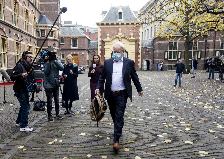 23 oktober: Jaap van Dissel verlaat het Binnenhof na afloop van een overleg met de betrokken ministers. Beeld ANP